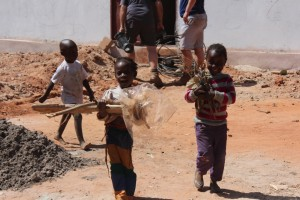 35. De kinderen helpen met opruimen